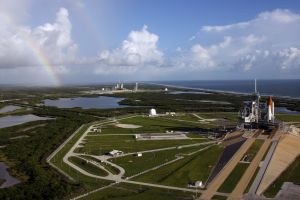 Space Shuttle Endeavour LC39B (links), Atlantis LC39A (rechts)